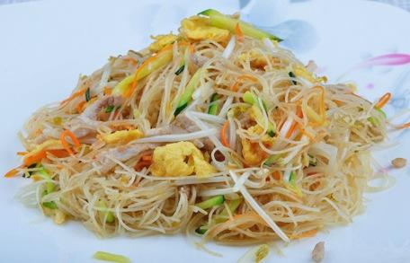 spaghetti-di-riso-con-carne-e-verdure